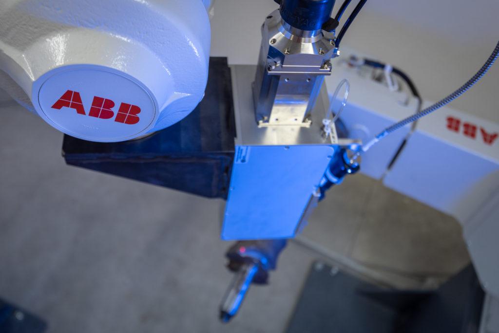 Robot industriale ABB con testa laser
